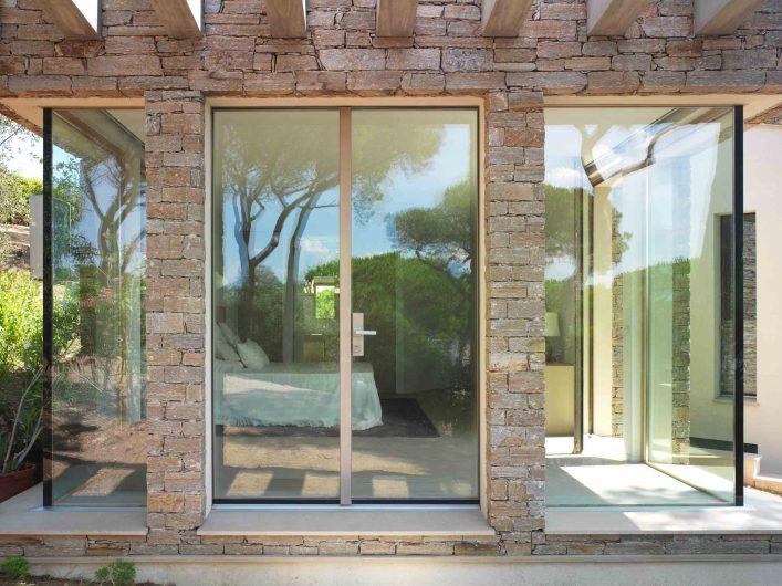 Vue de face de l'entrée à double porte de la zone nuit avec deux coins vitrés