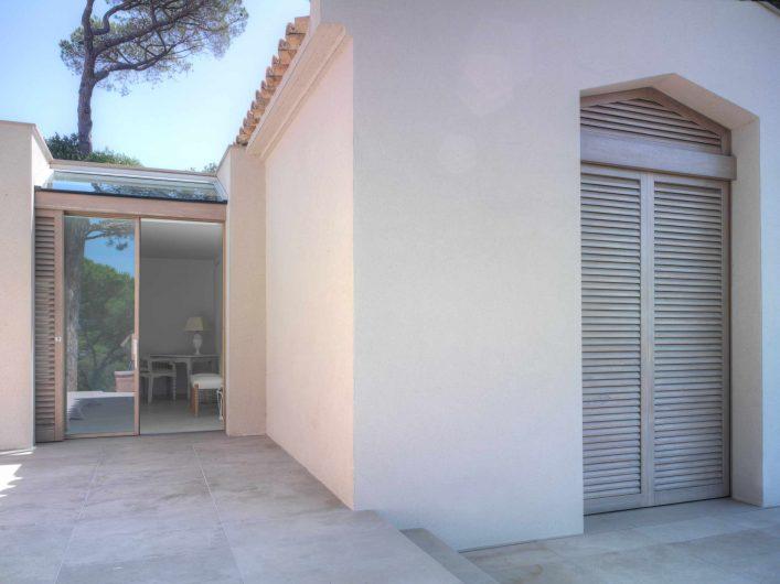 Vue extérieure de la porte coulissant avec lucarne et des deux volets en bois