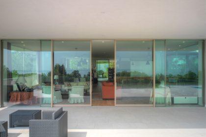 Villa Desenzano, vue des portes coulissantes Skyline Minimal Frames
