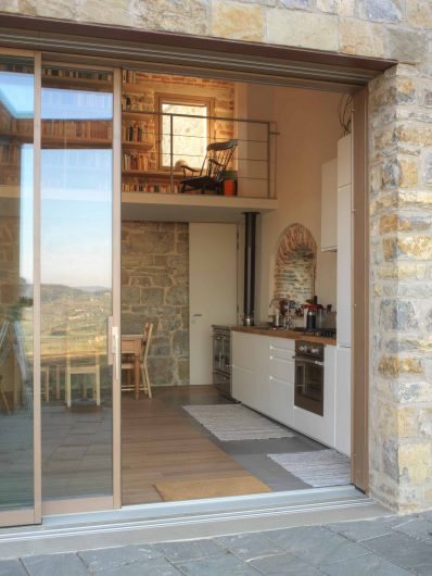Vue de l'intérieur de la Villa Firenze avec porte coulissante et fenêtre à un vantail