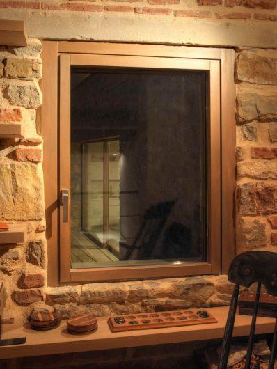 Fenêtre à guillotine simple en bois laqué échantillon avec architraves