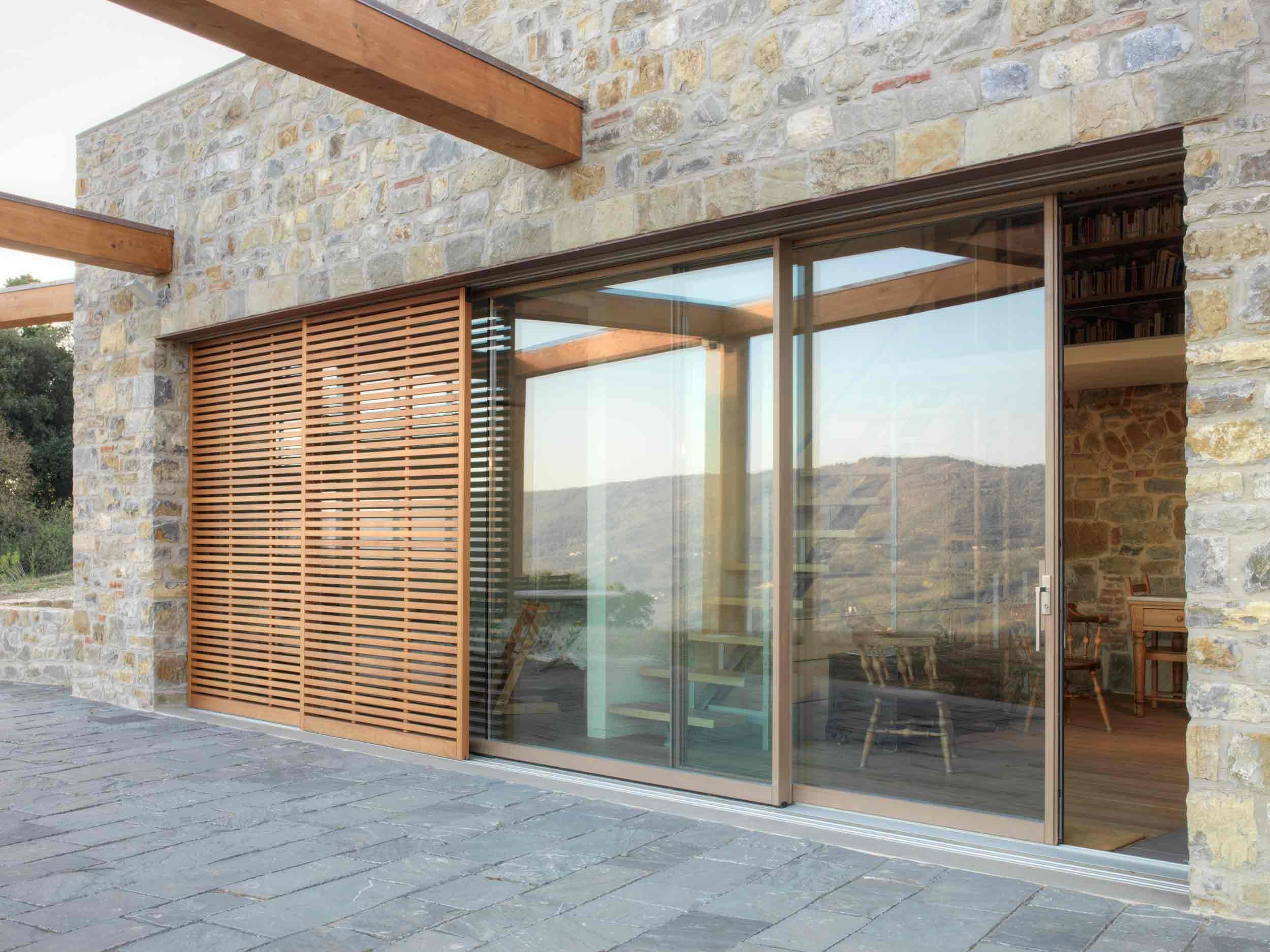 Porte coulissant en bois laqué selon l'échantillon avec pare-soleil avec lattes en bois coulissantes