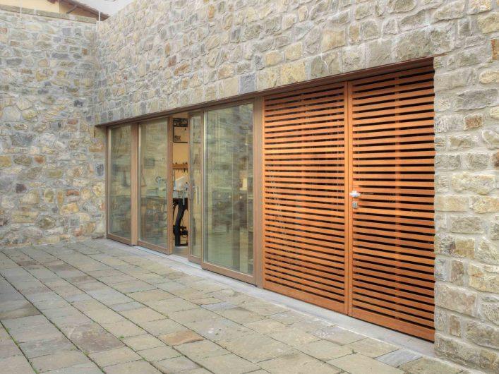 Vue de la porte coulissant et de la glissière à quatre portes avec rail bas et porte à lattes de bois