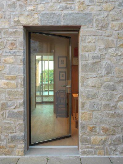 Vue de face de la porte vitrée ouvert avec poignée satinée
