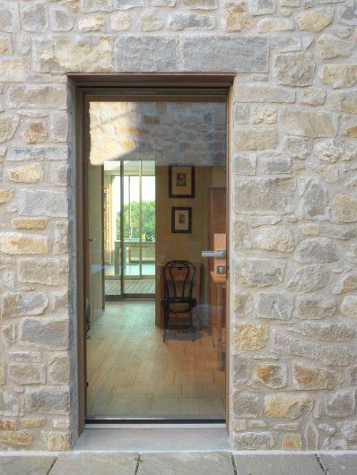 Vue de face de la porte vitrée avec poignée satinée