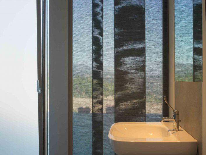 Vue de la salle de bain de la Villa Firenze avec porte vasistas