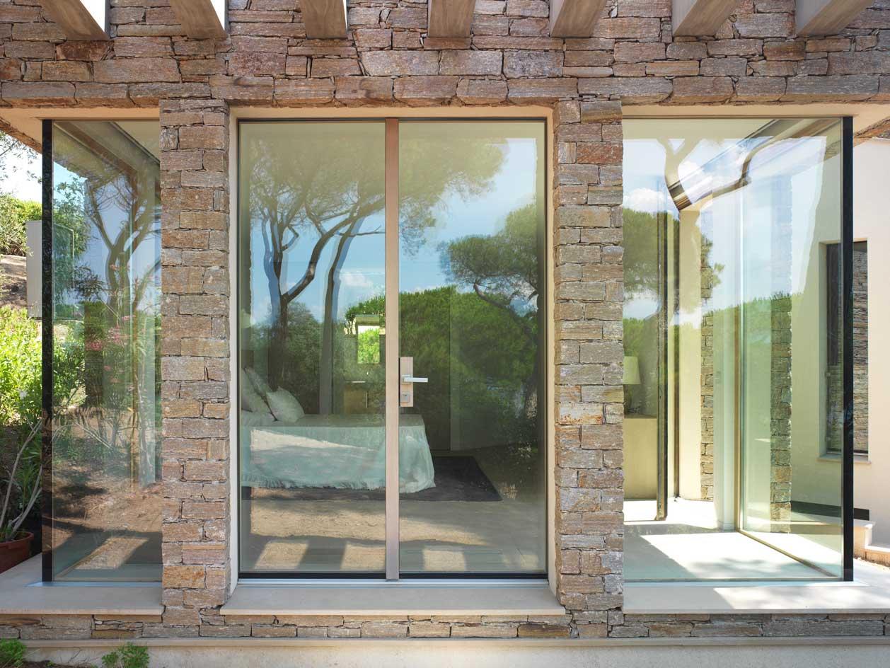 Villa Saint Tropez, vue de l'entrée de la chambre