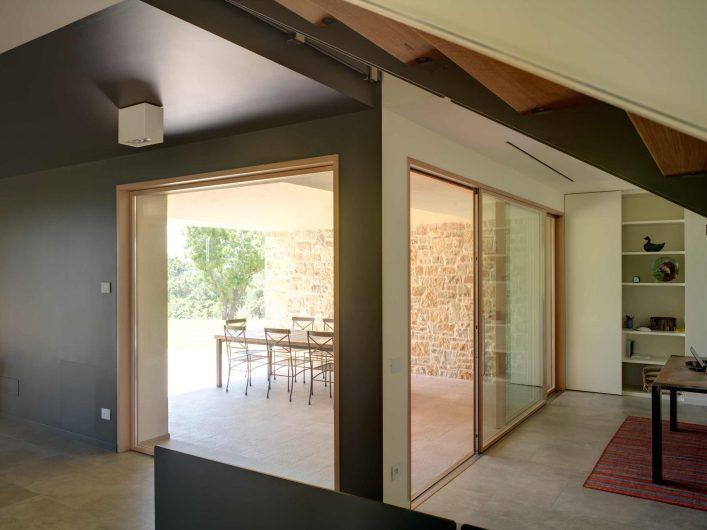 Vue de la fenêtre fixe et de la porte coulissante ouverte de la zone d'étude
