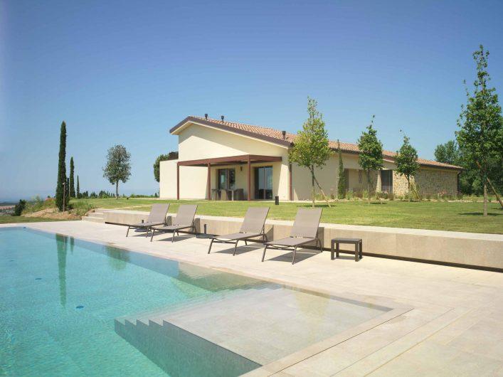Vue de l'élévation générale de la Villa Pisa avec piscine