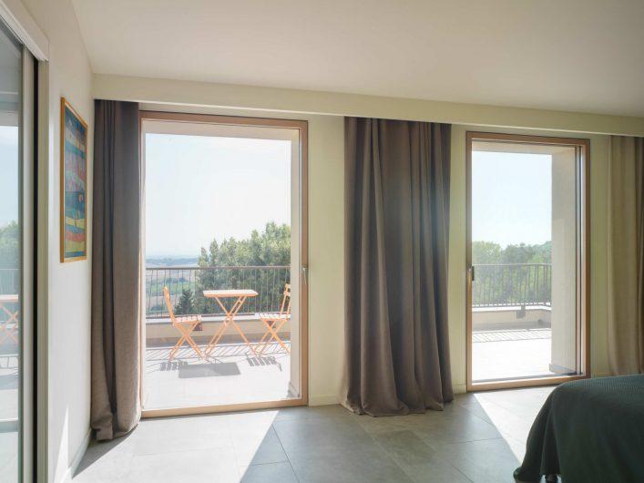 Vue de la chambre d'hôtes de la Villa Pisa avec deux portes-fenêtres fermées à un battant