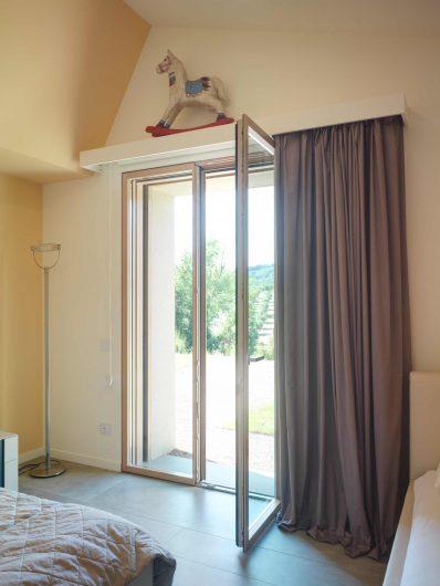 Porte-fenêtre à deux vantaux dans la chambre de la Villa Pisa