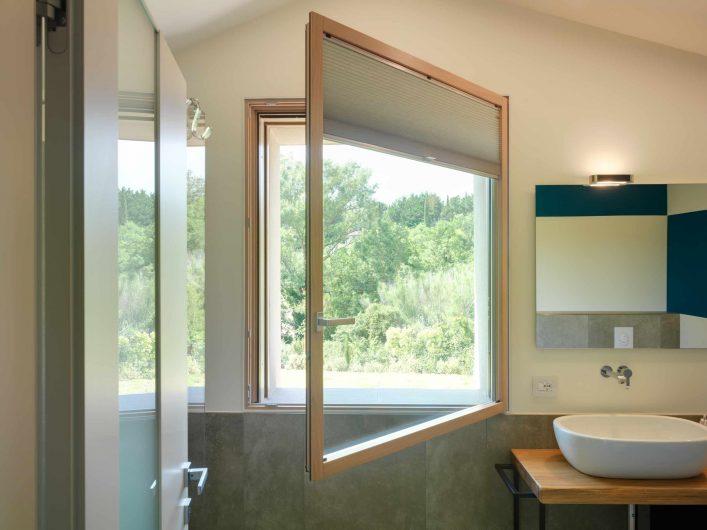 Fenêtre de salle de bain unilatérale ouverte