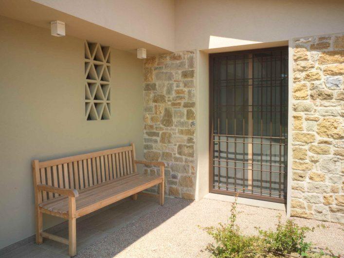 Vue extérieure de la porte-fenêtre avec grille en fer fermée