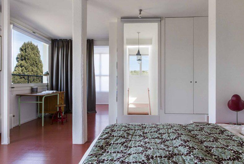 Fenêtre pivotante horizontale dans la chambre
