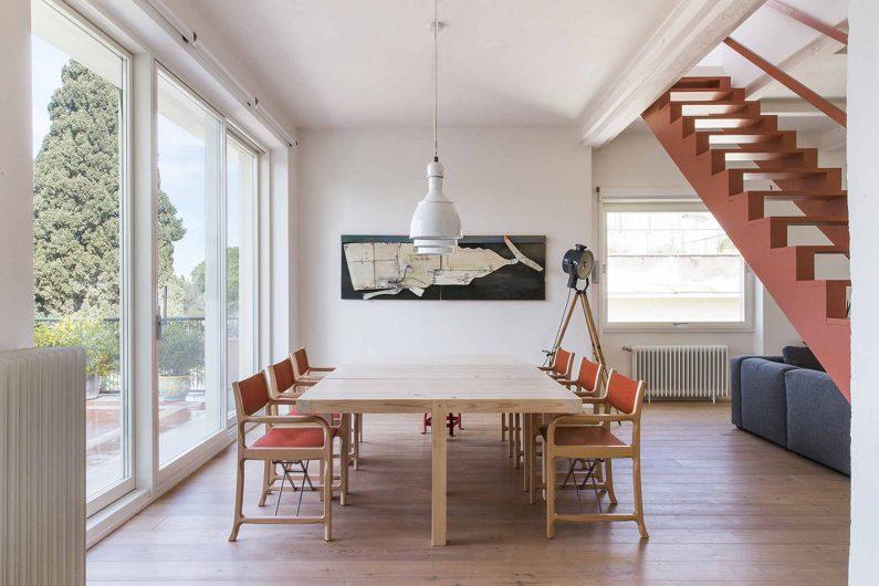 Vue de la salle à manger avec porte coulissante laqué blanc