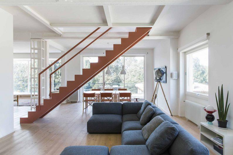 Vue de l'espace ouvert avec porte levante et coulissante en bois laqué blanc et fenêtre pivotante horizontale