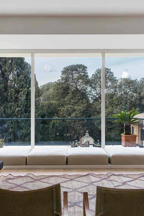 Image de couverture de la Villa Roma avec fenêtres fixes en bois laqué blanc