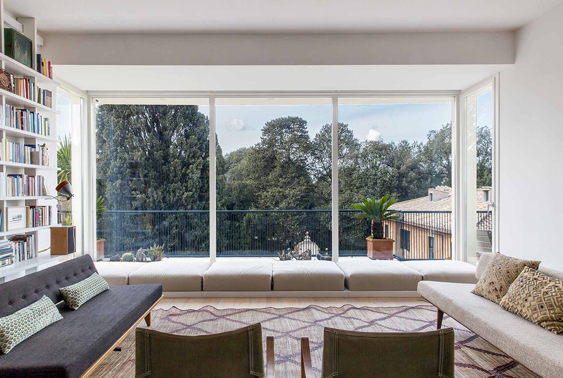 Villa Roma, vue du coin salon avec une fenêtre fixe Skyline Minimal Frames