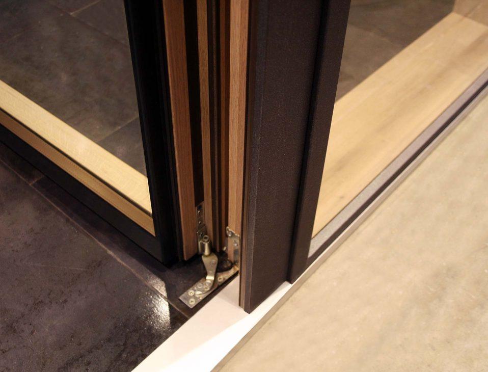 Skyline Facade, détail de la charnière de la porte