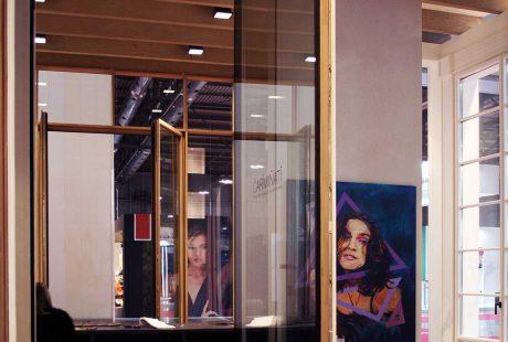 Skyline Pivot, vue de la porte ouverte avec extérieur laqué noir