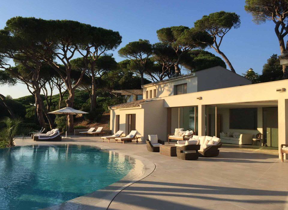 Villa Saint Tropez, vue sur le patio avec portes coulissantes Skyline Sliding
