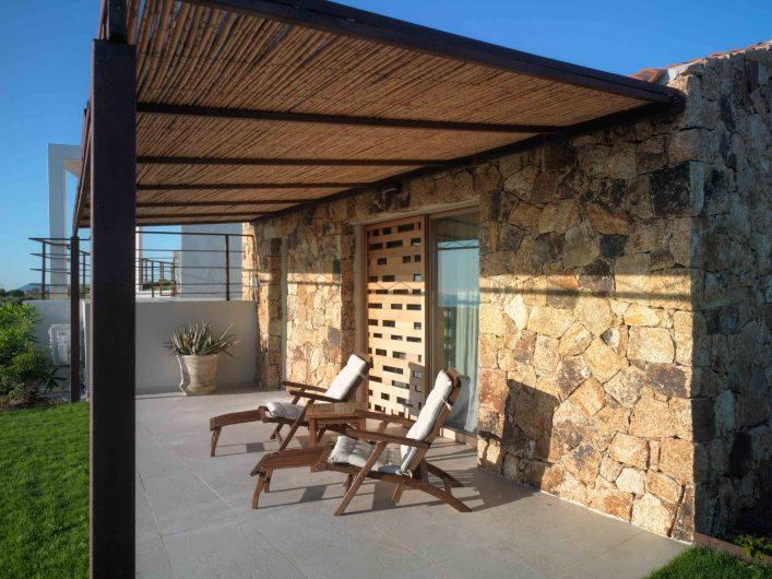 Détail d'un porte coulissante avec parasols en bois personnalisés