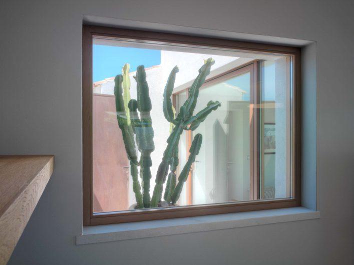 Détail d'une fenêtre fixe dans le salon
