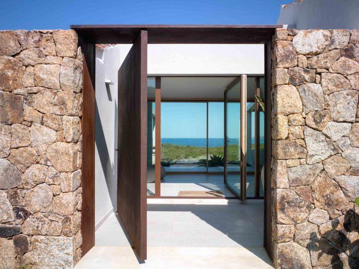 Vue extérieure de la porte pivotante avec revêtement en aluminium effet corten
