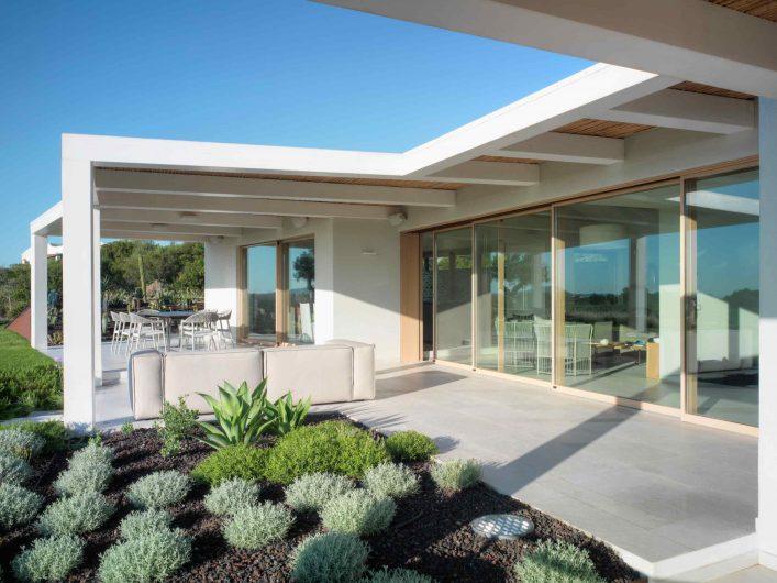Vue du porche extérieur avec porte coulissante en chêne avec quatre portes fermées