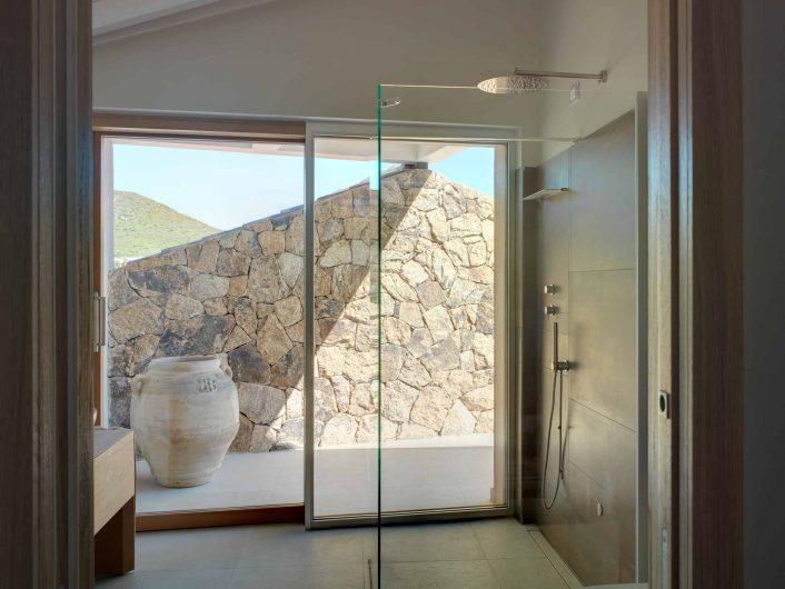 Vue de la salle de bain avec porte coulissante revêtue d'aluminium