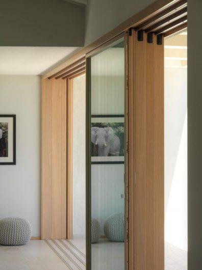 Détail de la porte coulissante en bois ouverte à quatre portes