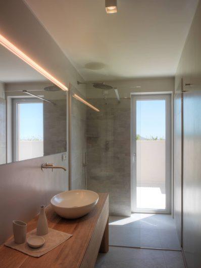 Vue de la salle de bain secondaire avec porte en bois - aluminium
