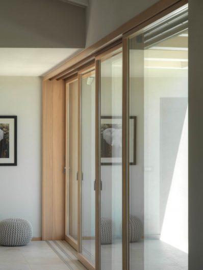 Détail de la porte coulissante en bois fermée à quatre portes