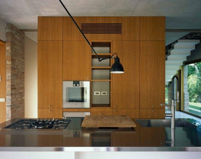 Vue de face de la cuisine avec vitrage fixe en bois