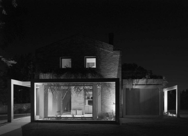 Image en noir et blanc de la façade de la Villa Parma avec verre fixe au premier plan