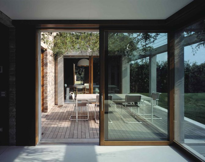 Vue sur le patio extérieur de la Villa Parma avec portes coulissantes Euro 68