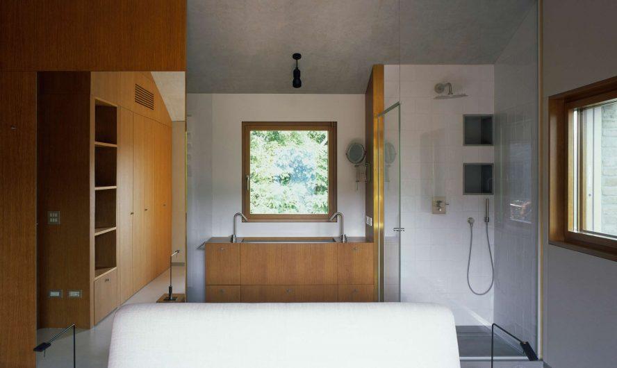 Vue de la salle de bain avec fenêtre à guillotine simple sur le mur du fond
