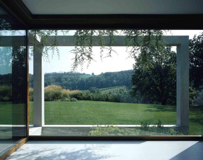 Vue de face de la fenêtre fixe en verre Euro 68 en chêne avec finition naturelle