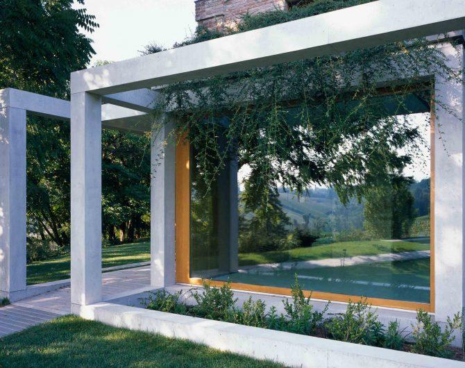 Vue extérieure de la fenêtre fixe en chêne effet naturel