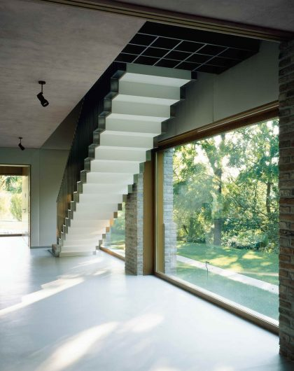 Vue intérieure de l'escalier avec fenêtres fixes en chêne effet naturel