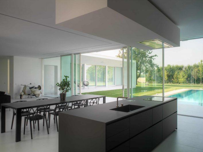 Vue du coin cuisine avec porte coulissant avec quatre portes en arrière-plan