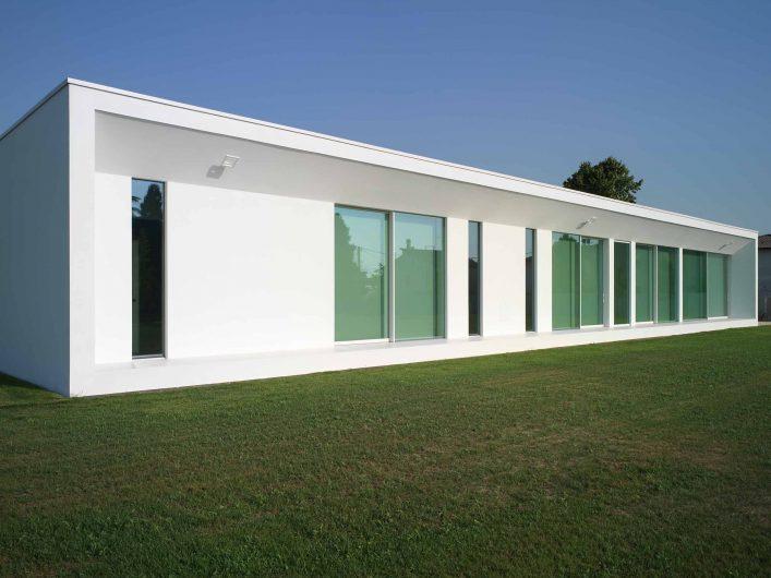 Vue de l'élévation arrière avec porte-fenêtre et portes coulissantes à deux portes