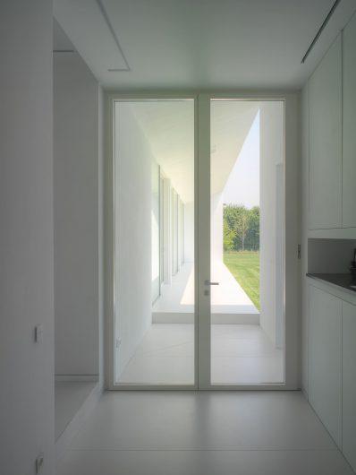 Vue intérieure de la porte d'entrée avec deux portes laquées blanches