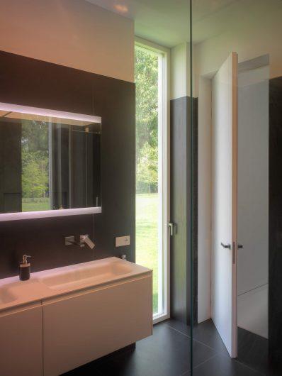 Vue de la salle de bain avec un exemple de porte Skyline laquée