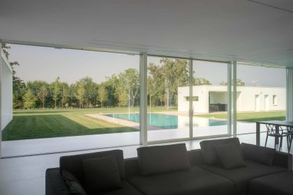 Villa Verona, vue sur les portes coulissantes dans le salon