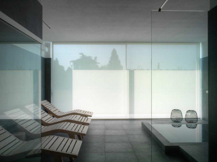 Vue intérieure du sauna avec le rideau occultant rabattu