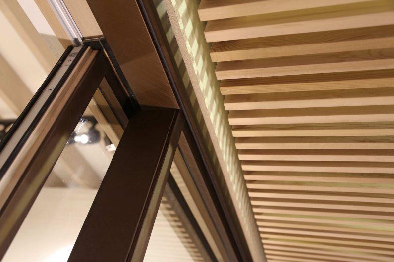 Détail du revêtement extérieur en aluminium d'une porte coulissant Skyline