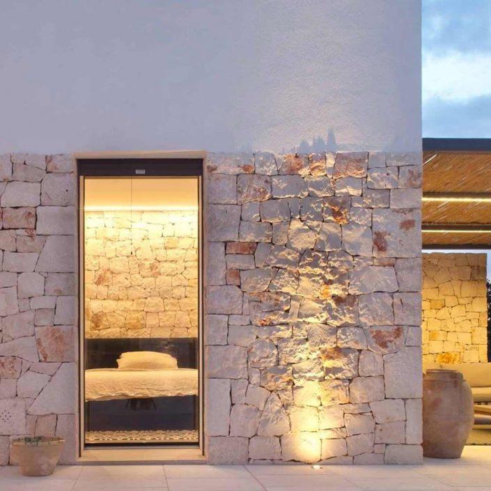 Vista esterna di una porta finestra Skyline con vetro strutturale
