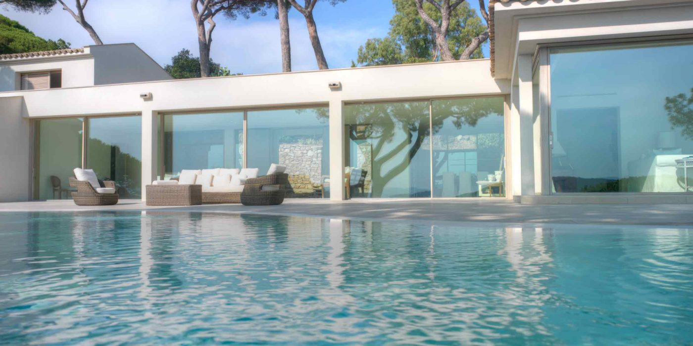 Vue de l'élévation d'une piscine avec paroi en verre coulissante
