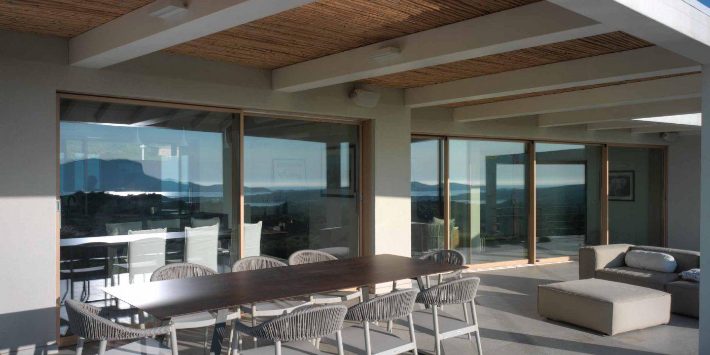 Vue de deux portes coulissantes en bois avec un profil minimal